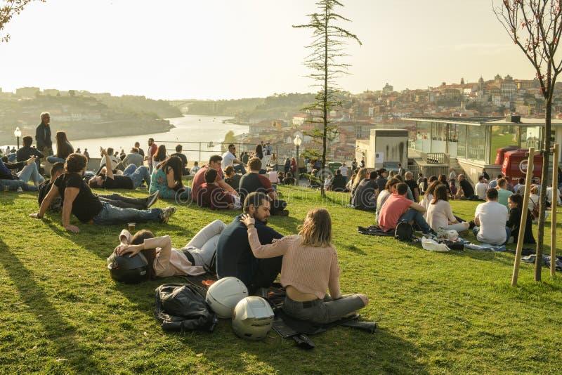 Leute, die warmen Frühlingsabend in Porto genießen stockbilder