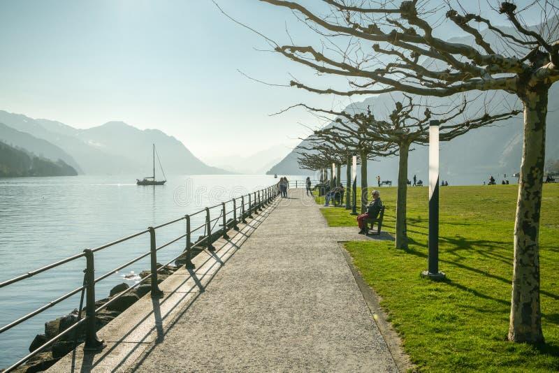 Leute, die warmen Tag im kleinen Park in Brunnen, die Schweiz genie?en stockfotografie