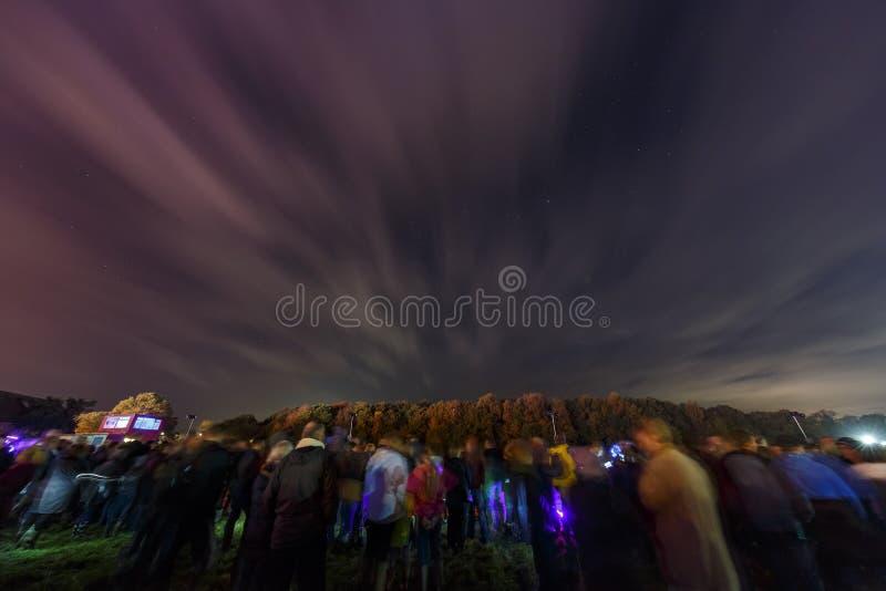 Leute, die warten, um das Feuerwerk nach dem traditionellen Ereignis zu sehen - Bon Feuer stockfoto