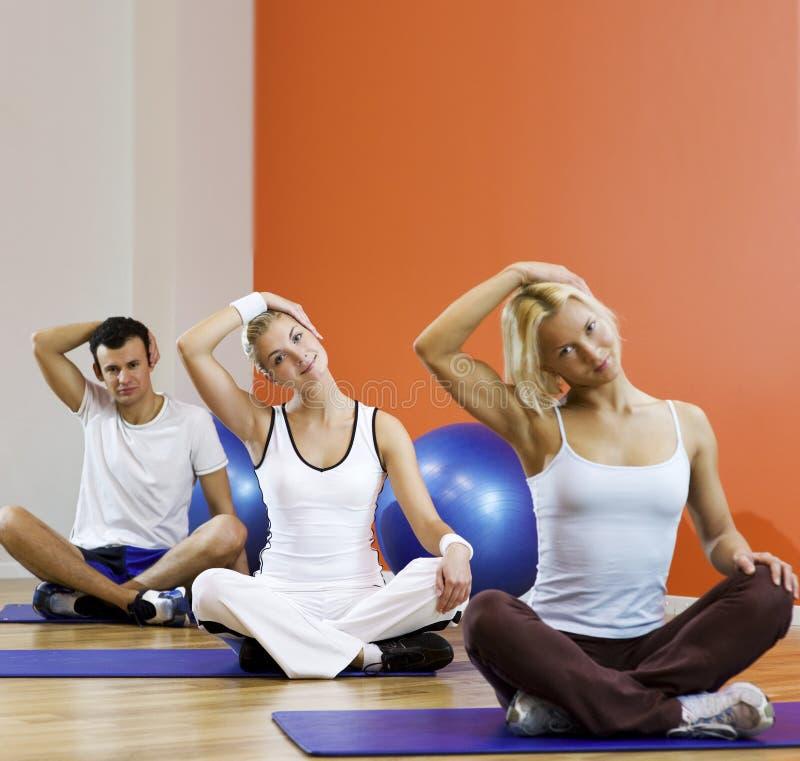 Leute, die Yogaübung tun stockfotos