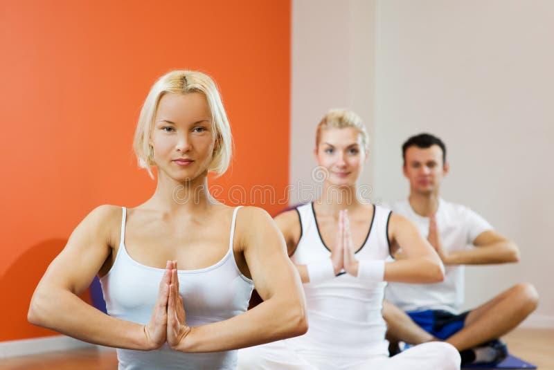 Leute, die Yogaübung tun stockbilder