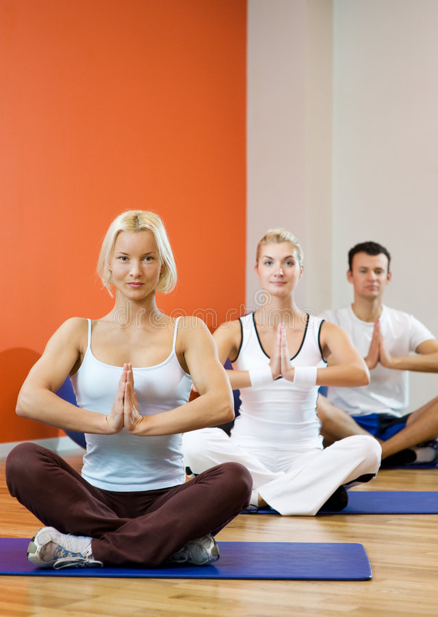 Leute, die Yogaübung tun stockbild