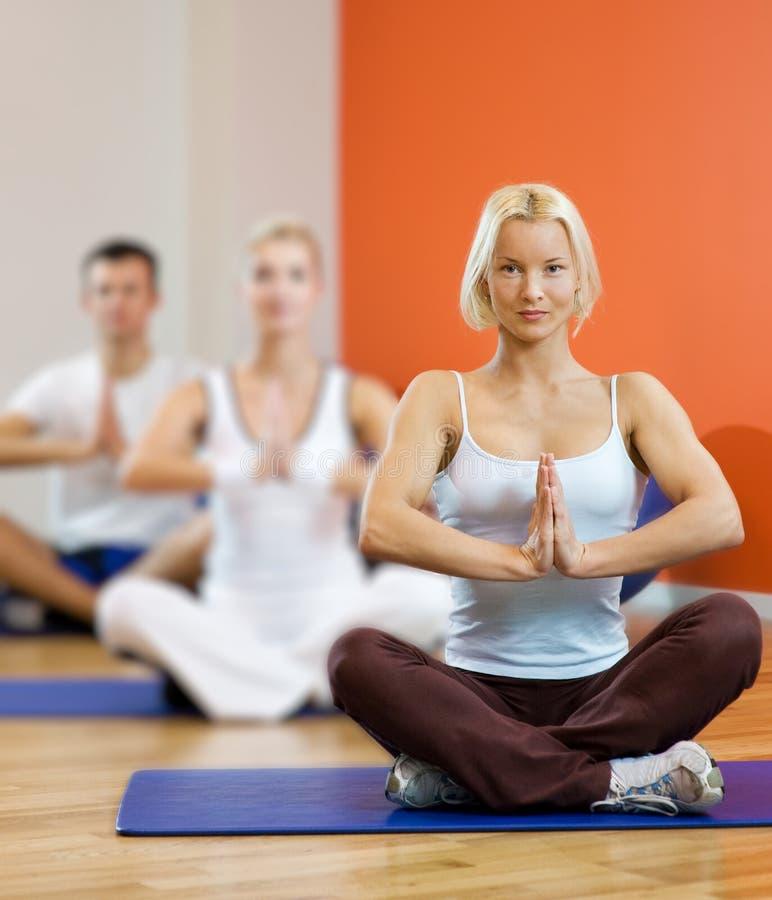 Leute, die Yogaübung tun lizenzfreie stockfotografie
