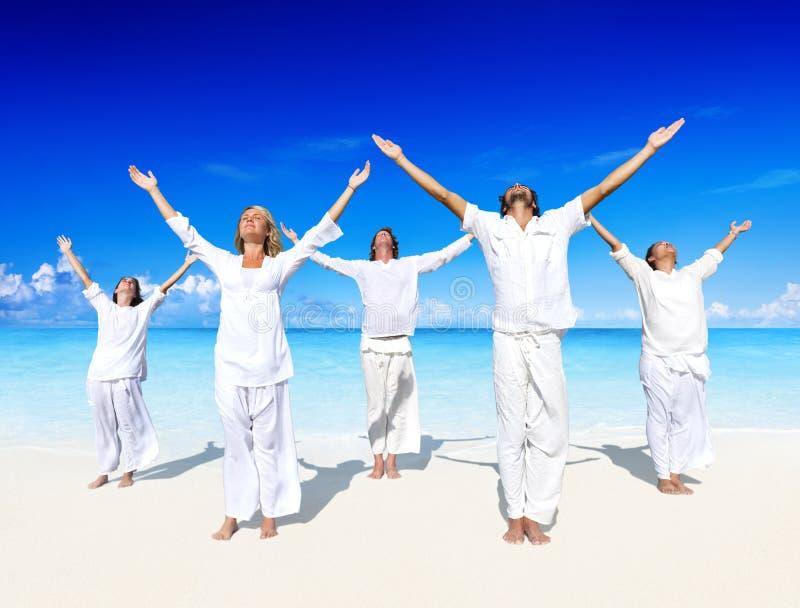Leute, die Yoga auf dem Strand durchführen stockbild