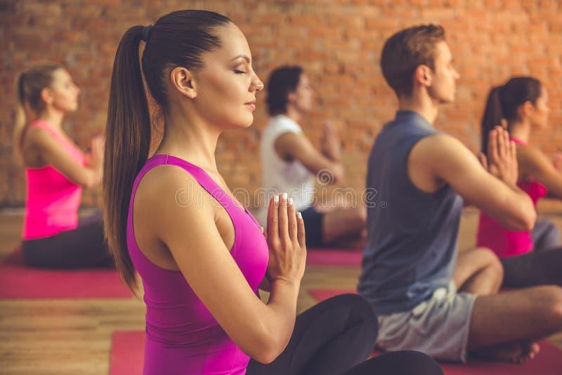 Leute, die Yoga tun lizenzfreie stockfotos