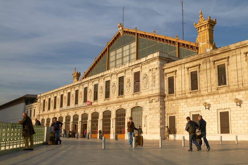 Leute, die zum Heiligen Charles Train Station in Marseille, Frankreich ankommen lizenzfreies stockbild