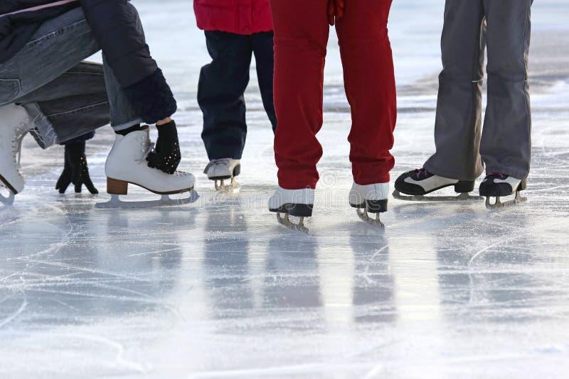 Leute, die zusammen auf die Eisbahn eislaufen lizenzfreies stockbild