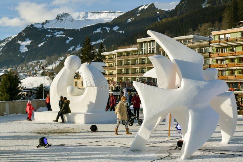 Leute, die zwischen große Eisskulpturen in Grindelwald gehen lizenzfreie stockfotos