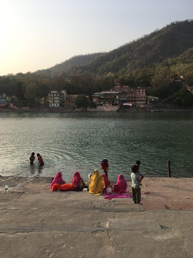 Leute durch die Bank von Ganga-Fluss lizenzfreies stockbild
