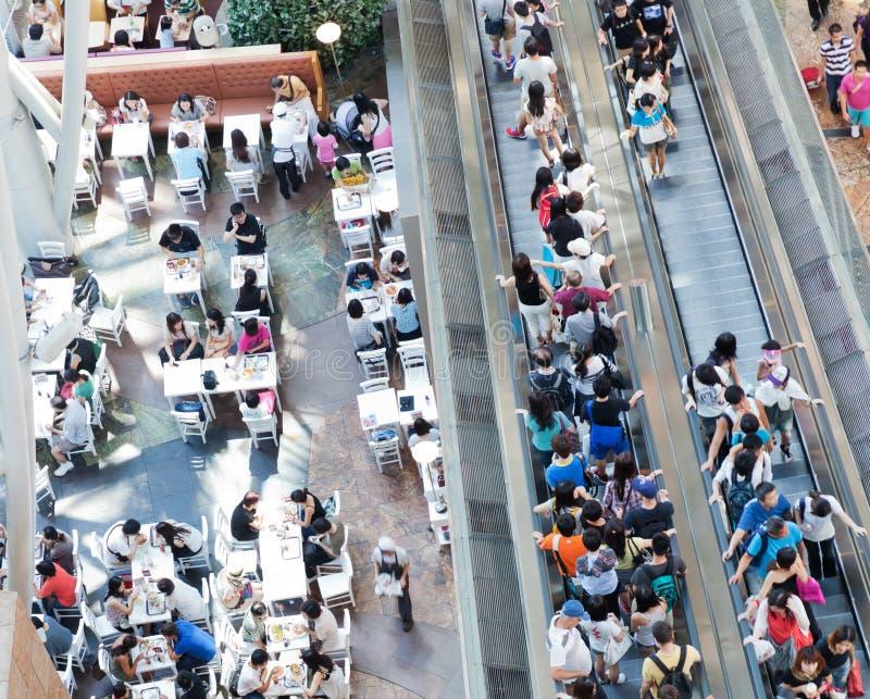 Leute in einem Einkaufszentrum lizenzfreies stockfoto