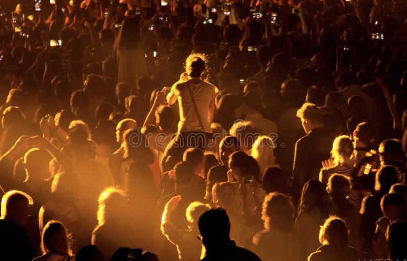 Leute an einem Konzert stockbild