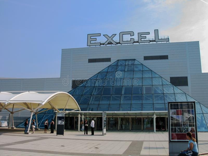 Leute am Eingang zu den internationalen Ausstellungen und zum Konferenzzentrum Excel stockfotografie