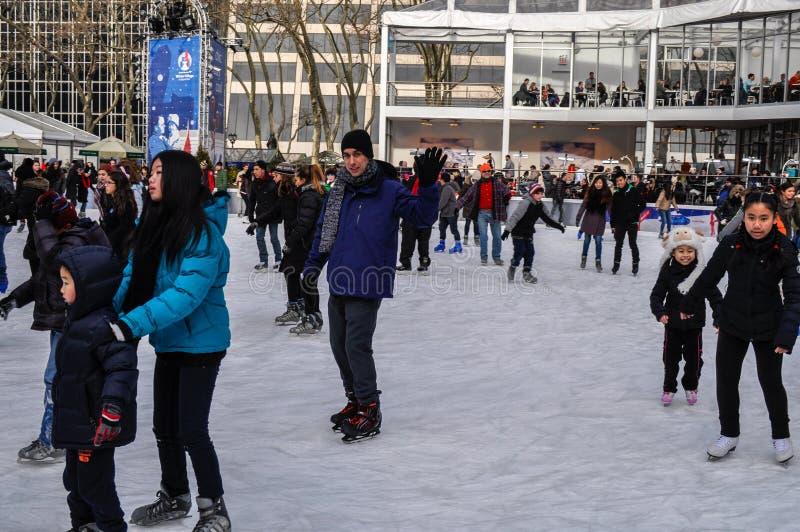 Leute an Eisbahn an Bryant-Park auf Weihnachtsstadtzentrum Manhattan, NYC, USA lizenzfreie stockfotos
