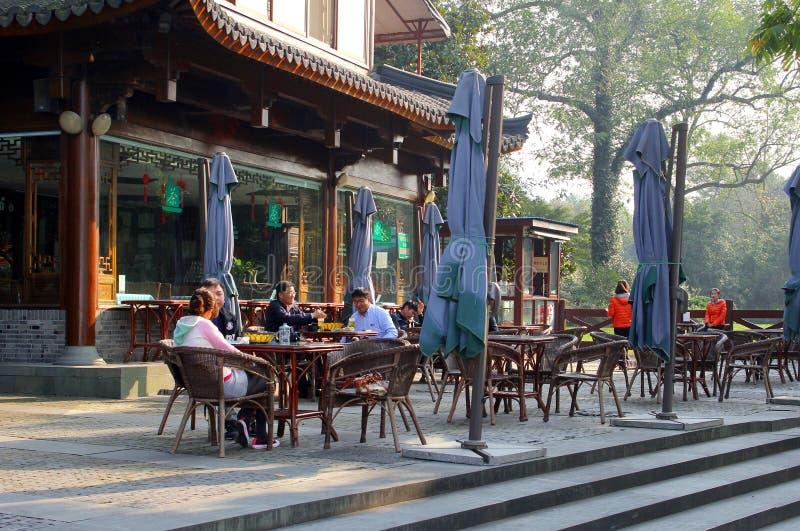 Leute entspannen sich an einer Terrasse entlang der UNESCO Westsee in Hangzhou, China lizenzfreies stockbild