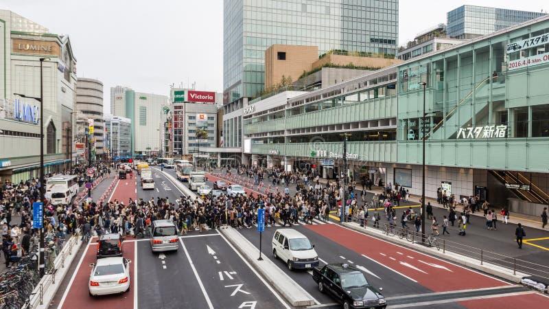 Leute für Straßenüberfahrt an der Eilautobusstation Shinjuku lizenzfreies stockbild