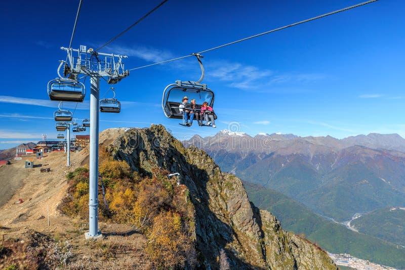 Leute fahren auf Stuhlskiaufzug von Höhenkurort Gorkys Gorod im Herbst im Kaukasus Sochi stockfotografie