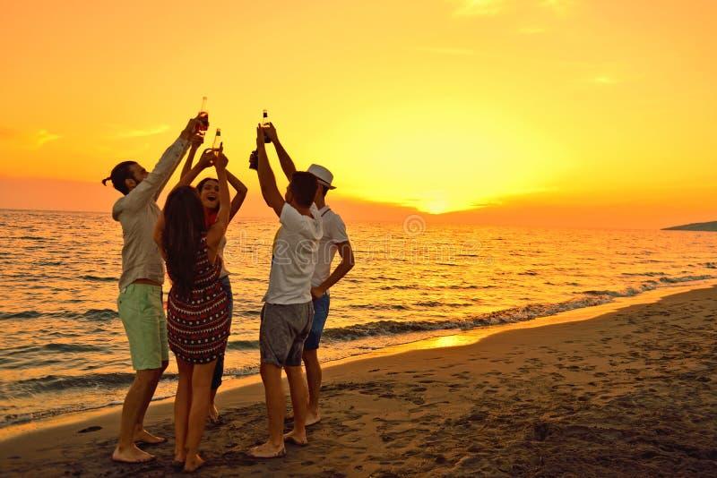 Leute-Feier-Strandfest-Sommerferien-Ferien-Konzept lizenzfreies stockbild