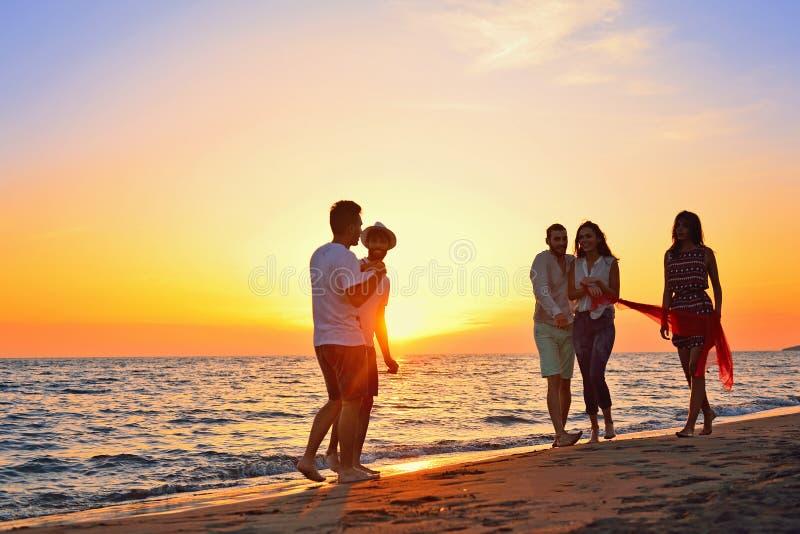 Leute-Feier-Strandfest-Sommerferien-Ferien-Konzept stockbild