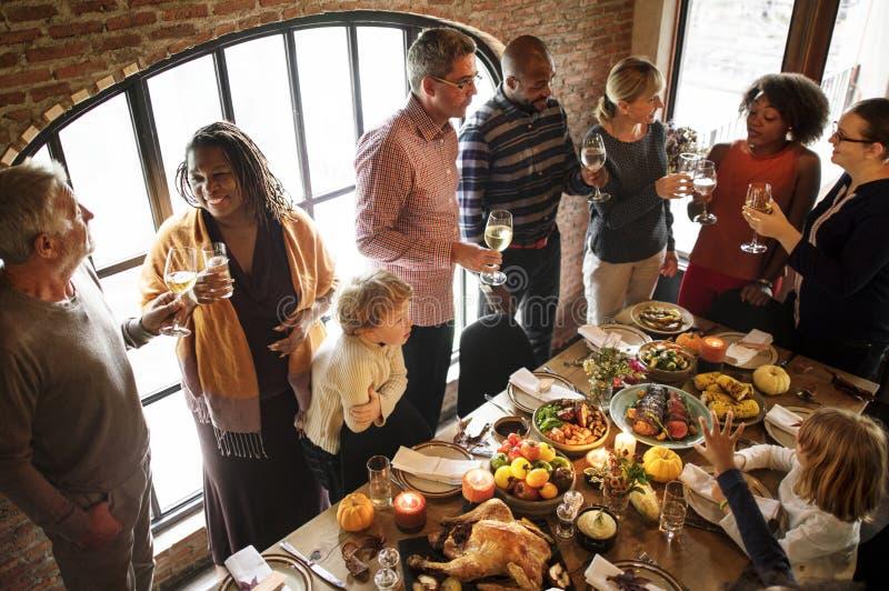 Leute feiern Danksagungstag lizenzfreie stockfotografie