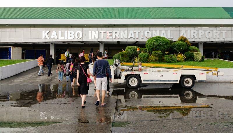 Leute am Flughafen in Kalibo, Philippinen lizenzfreie stockbilder