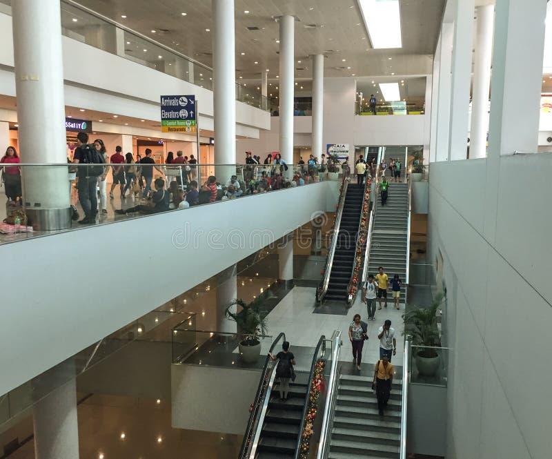 Leute am Flughafen in Manila, Philippinen lizenzfreie stockbilder