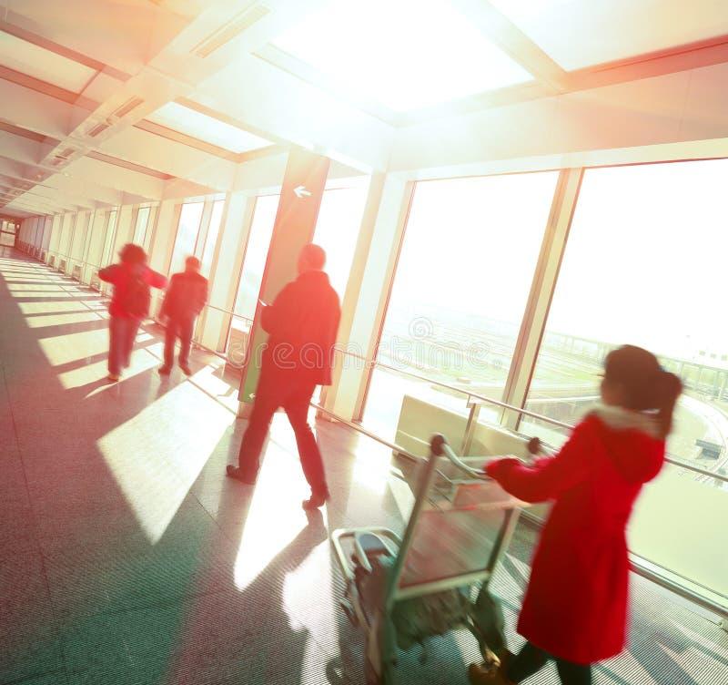 Leute Flughafen-Stationsgang der sonnigen Fenster im modernen lizenzfreie stockfotos