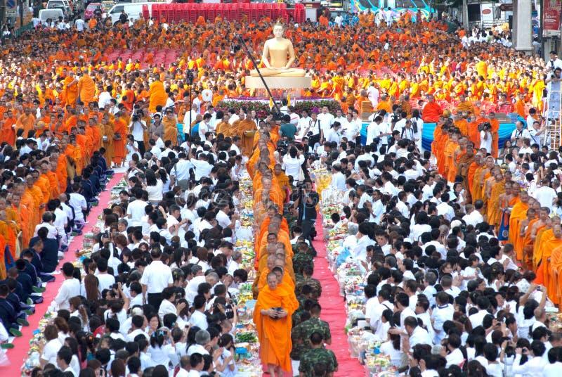 Leute geben die Nahrung, die buddhistischem Mönch anbietet. lizenzfreie stockfotos