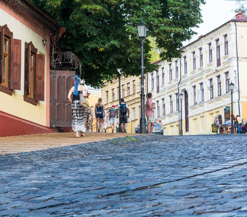 Leute gehen auf den Andriyivskyy-Abfall in Kyiv, Ukraine Podil redaktionell 08 03 2017 stockfotos