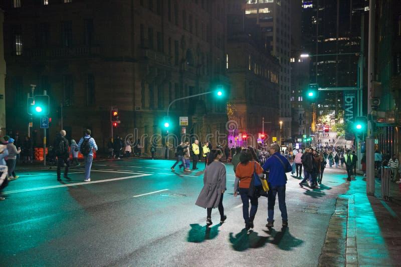 Leute gehen auf die geschlossene Straße während des klaren Sydneys lizenzfreies stockfoto