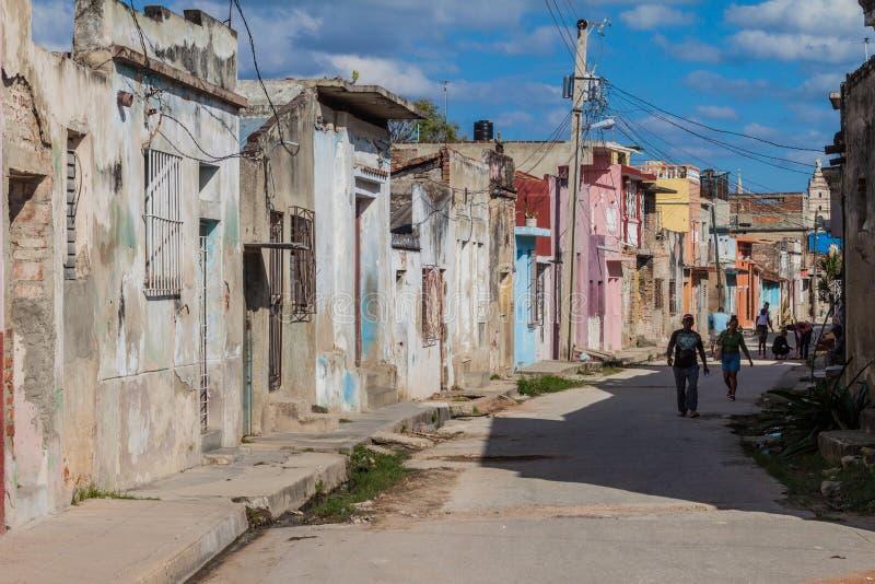 Leute gehen auf eine Straße in Camaguey stockfoto