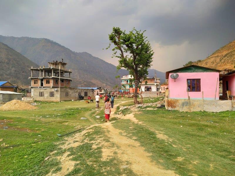 Leute gehen auf getretene Wege auf dem Gras im Dorf Manthali in Ramechhap-Bezirk in Nepal stockbild