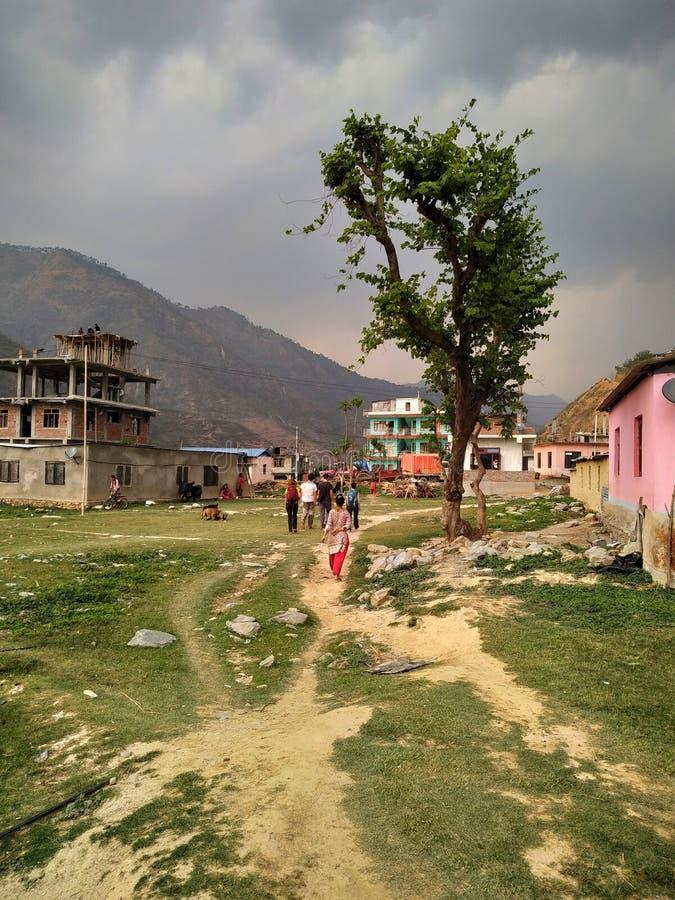 Leute gehen auf getretene Wege auf dem Gras im Dorf Manthali in Ramechhap-Bezirk in Nepal stockfotos