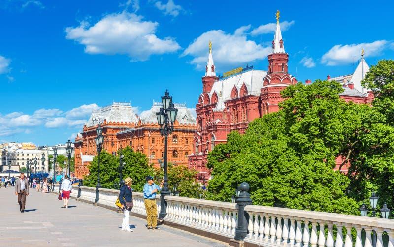 Leute gehen auf Manezhnaya-Quadrat in der Moskau-Mitte, Russland lizenzfreies stockbild
