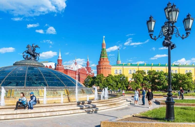 Leute gehen auf Manezhnaya-Quadrat im Moskau-Stadtzentrum, Russland stockbilder