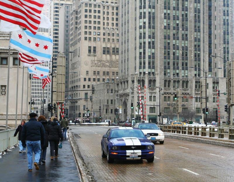 Leute gehen auf Michigan-Alleenbrücke in Chicago stockbild