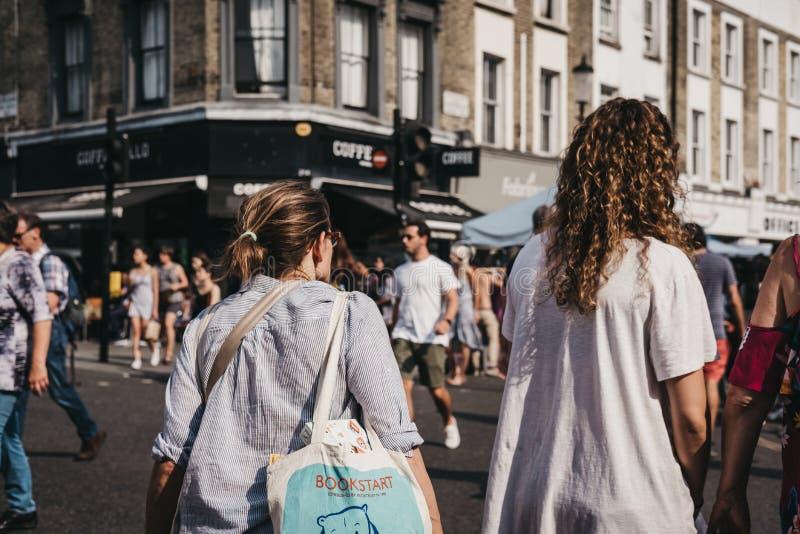 Leute gehen auf Portobello-Straßen-Markt, Notting Hill, London, Großbritannien lizenzfreie stockbilder