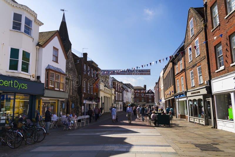 Leute gehen auf Straße am 12. August 2016 in Chichester, Vereinigtes Königreich lizenzfreies stockfoto