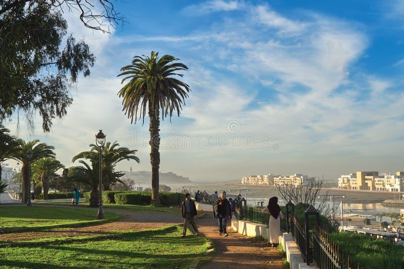 Leute gehen in den Park der Stadt von Salé (Marokko) stockfotos