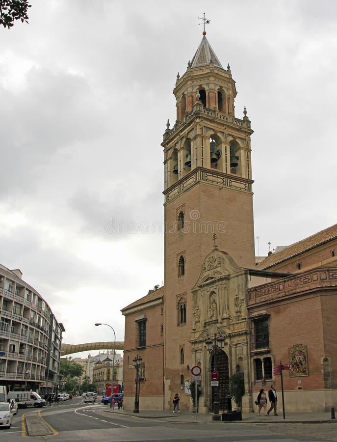 Leute gehen an der Kirche des Heiligen Pedro in Sevilla stockfotografie