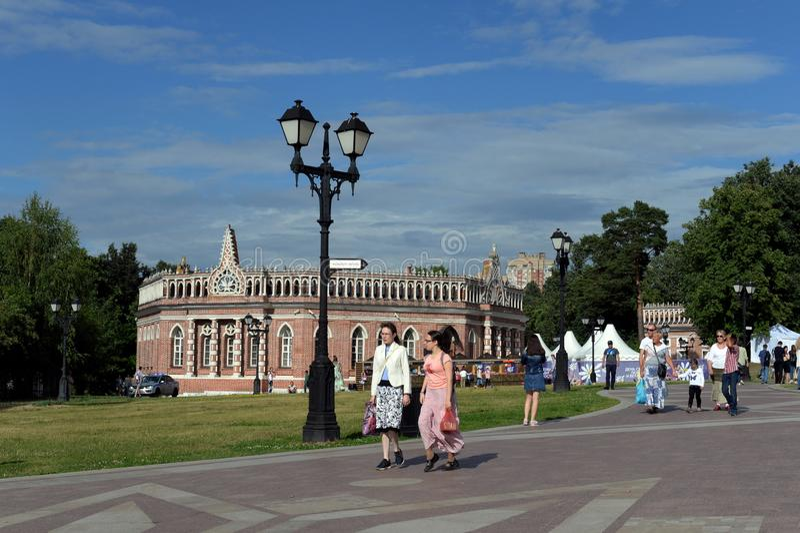 Leute gehen in die Zustandshistorische und Architekturmuseum-reserve 'Tsaritsyno ' stockbilder