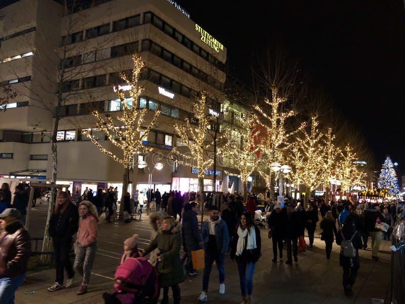 Leute gehen durch die Stadt und den Weihnachtsmarkt lizenzfreies stockfoto