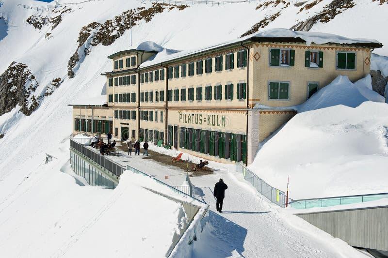 Leute gehen durch die Terrasse des Pilatus-Kulmluxushotels an der Spitze des Pilatus-Berges in Lucern, die Schweiz stockfotografie