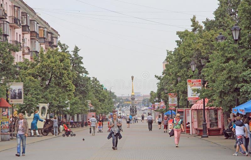 Leute gehen durch Fußgängerstraße in Tscheljabinsk, Russland lizenzfreies stockfoto