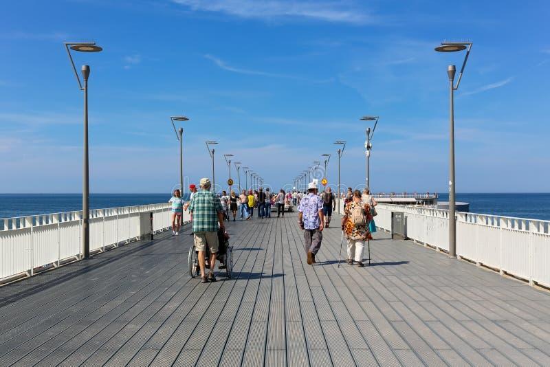 Leute gehen entlang den Pier in Kolobrzeg stockbild