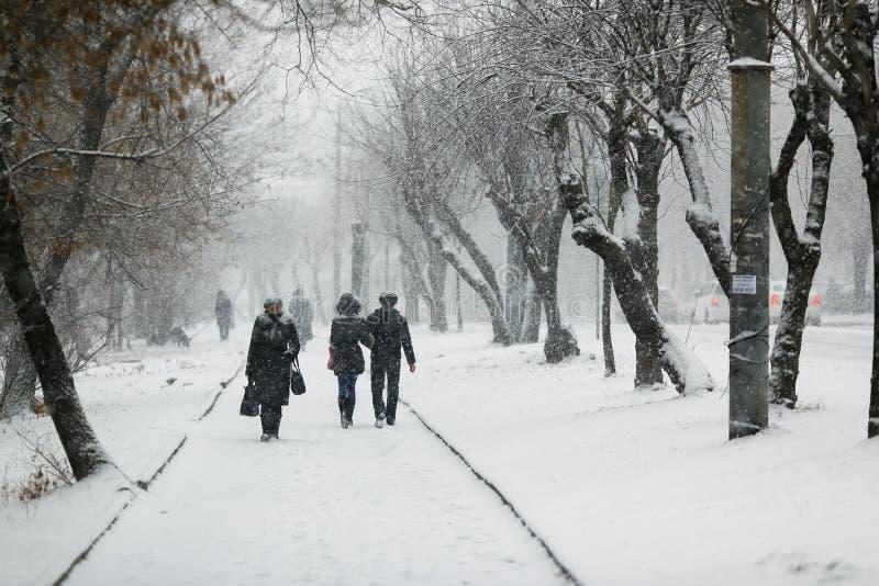 Leute gehen entlang die Wege in den Schneef?llen stockfotos
