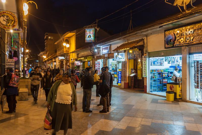 Leute gehen entlang Independencia-Straße in Puno stockbild