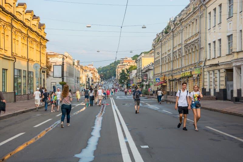 Leute gehen entlang Sagaydachnogo-Straße, Ukraine, Kyiv, redaktionell 08 03 2017 stockfotografie