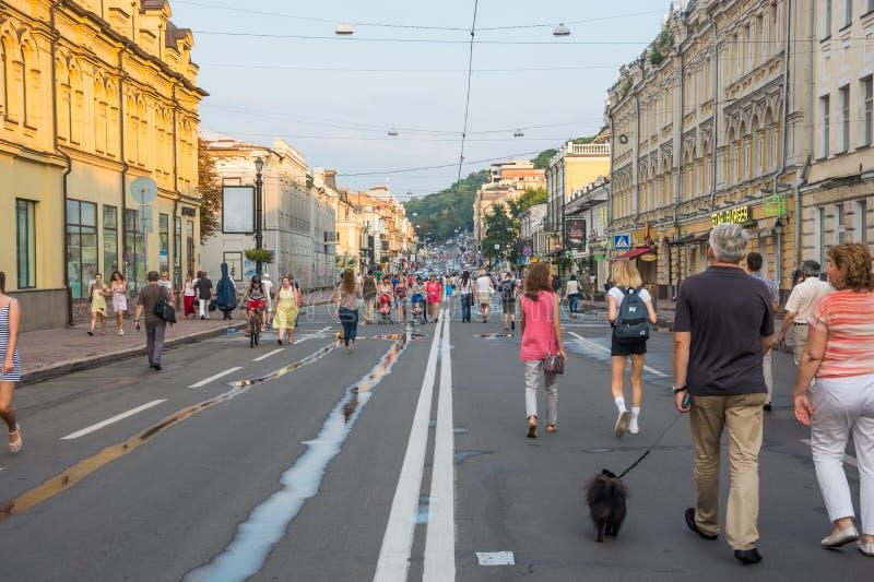 Leute gehen entlang Sagaydachnogo-Straße, Ukraine, Kyiv, redaktionell 08 03 2017 stockfotos