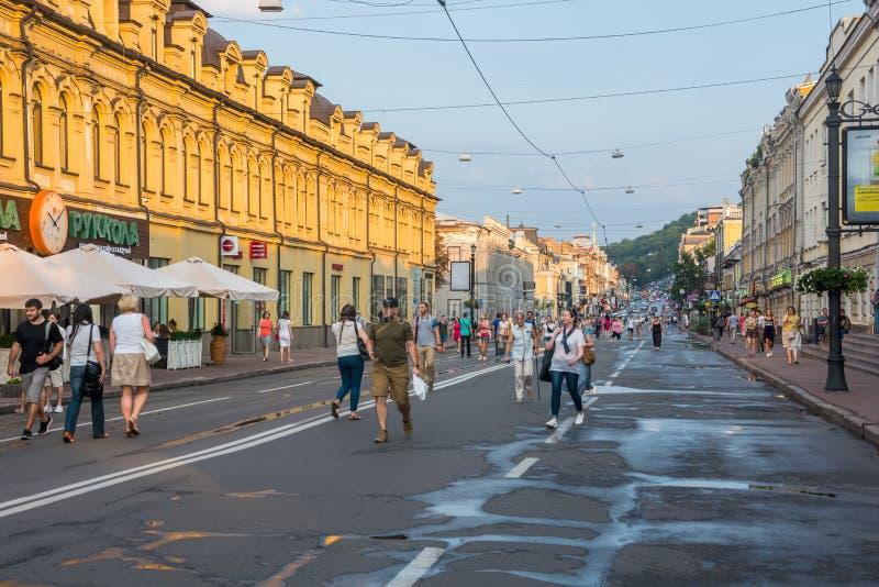 Leute gehen entlang Sagaydachnogo-Straße, Ukraine, Kyiv, redaktionell 08 03 2017 lizenzfreies stockfoto