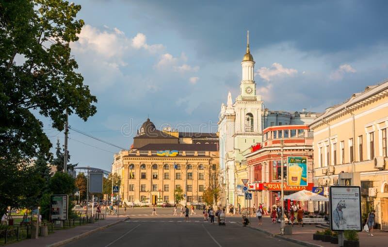 Leute gehen entlang Vertrags-Quadrat Ukraine, Kyiv, Podil Ed lizenzfreie stockfotografie